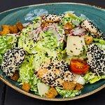 Caesar Salad mit Sesam Geflügel