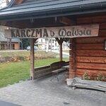 Zdjęcie od wejścia do Karczmy
