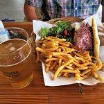 Hot-dog européen, salade et frites allumettes
