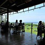 Très belle terrasse extérieure et vue sur le pont de l'Ile, 9 juillet 2020. Distanciation des ta