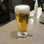 ビールもうまい、奥にあるスプレーがテーブルごとの除菌剤