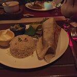 Burrito com arroz mexicano e nachos.