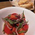 Сладкие томаты с тархуном и кахетинским маслом.