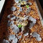 'Llauna' de arroz de virutas de confit con foie 'poulè' y trufa negra de invierno.