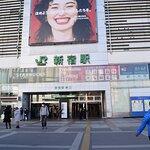 新宿駅の東口です。駅から徒歩ならここから言った方がよいと思います。