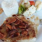 Delicioso bife de pescado al Mojo de Ajo con extra ajo en hojuelas