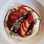 La frutilla de la torta: Mousse de queso philadelphia, frutillas en aceto y semillas de zapallo