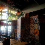 El diseño interior del restaurante aporta una atmósfera armoniosa, agradable y transmite perfect