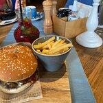 Американский бургер и картошка фри