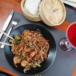 νουντλς με γαρίδες και λαχανικά