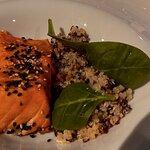 Tataki de salmón con quinoa