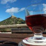 Hausgemachten Porto-Santo-Wein mit Aussicht genießen.