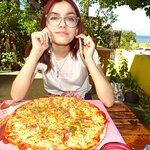Apenas pudo con su pizza, le encantó (cebolla, queso, salame)