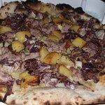Pizza mozzarella, patate, salsiccia, gongorzola e radicchio. Molto più light di quanto si possa