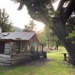 El Camping dispone de baños privados y un fogón con muchas posibilidades (cocinar a gas, con leñ