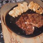 corte de carne con papas