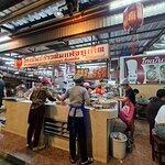 ร้านอาหารแห่งนี้โด่งดังและขายดีมากอันดับต้นๆของเมืองภูเก็ต เค้าจะเปิดให้บริการตั้งแต่เวลา 18.30น