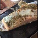 Terminas de asar el pescado o carne en la piedra caliente, por eso lo sirven casi crudo.