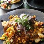 Este es el arroz arrecho, diferentes tipos de carnes rojas y blancas, excelente presentación y m