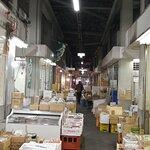 朝の6時すぎ、市場の魚売り場のブロックへ。