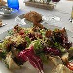 Detalle primero, ensalada de temporada con alcachofas de la comarca.