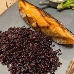 Филе лосося на гриле с брокколи и диким рисом. Блюдо приготовили довольно быстро, рыба сочная, с