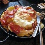Sartén de huevos con patatas y jamón
