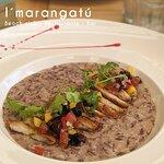 Especial: risotto tinto de hongos con topping de cerdo y su criollita especial de mango, pasas,