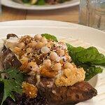 Bonita: boniato zanahoria al horno, tahini de lima, miel, jengibre, garbanzos y yogurt natural