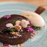 Capricho crocante de chocolate: con caramelo salado, garrapiñada de maní y helado de crema