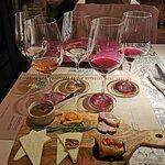 В сете два белых, два красных и розовое вино.
