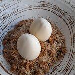 Huevos de panacota de vainilla y yema de mango.