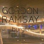 ภาพถ่ายของ Gordon Ramsay Burger