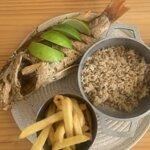 Pescado frito con arroz de coco y papas fritas