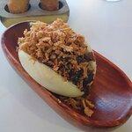 Bao de Carrillada y cebolla frita