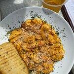 Lobster Mac & Cheese with Garlic Bread