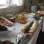 Lækre roulader, rejer, muslinger, smørfisk, laks, hellefisk, torsk og en lille smule brød. Som t