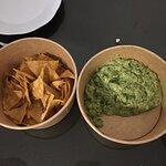 Totopos, cantidad rídícula ( más salsa que nachos.)