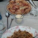 Pizza Paesana y caserecce con salsa vesuvio