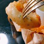 夜市酥炸海鮮炸粉都經過細心處理,加入了香草,增添風味,食落更香。