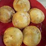Πιταράκια γεμιστά με τυρί και ζεστό μέλι.