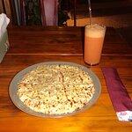 Pizza individual na chapa de frango com requeijão (R$ 30) e suco de acerola com laranja (R$ 9,50