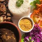 Fígado acebolado com arroz, feijão, farofa, salada de alface, tomate, repolho e cenoura ralada.