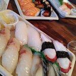 assortiment de nigiris : maquereau, loup, sèche, poulpe, saumon, anguille, thon...