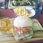 Dryed-Age-Burger mit Wisky und Pommes