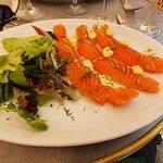 """Une belle assiette en entée : le saumon Gravlax """" Maison Pointier""""."""