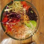 poke bowl et saumon : plein de crudités et du wakamé !! le top