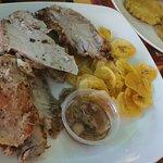 Carne de cerdo asada con chicharritas de plátano y mojo criollo