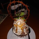 Maravilhoso gelado de coco com crocante servido no Vesúvio. Vale a pena experimentar.
