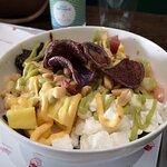 poke con sashimi di tonno, gamberi al lime, chips di patata viola, feta e ceci